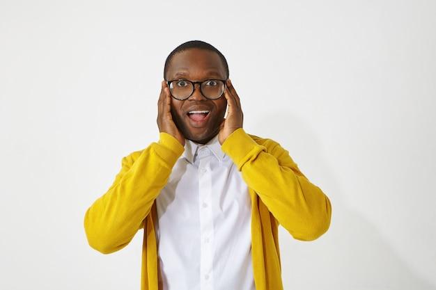 Выражения лица, эмоции, чувства, реакция и отношение человека. фотография красивого забавного афроамериканца в стильных очках, открывающего рот, взволнованного позитивными хорошими новостями Бесплатные Фотографии