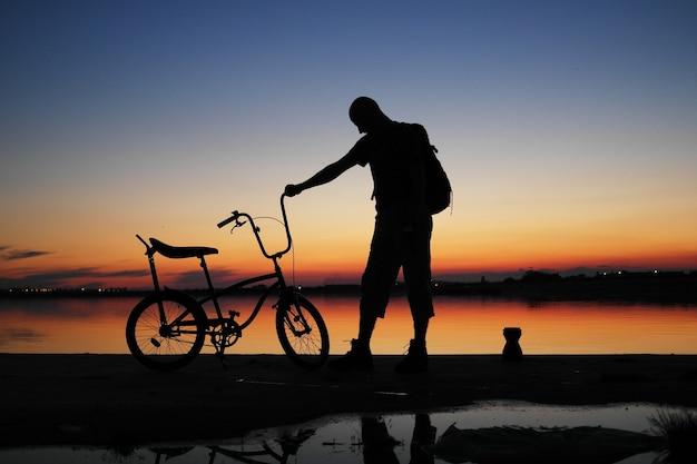 夕焼け空の人間のシルエット 無料写真