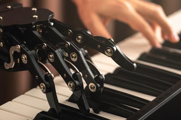 Игра на пианино: робот и человек