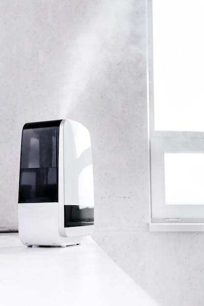 Увлажнитель, расположенный в белом холле, увлажняет комнату Premium Фотографии