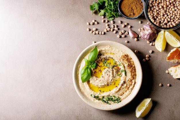 Hummus with olive oil Premium Photo
