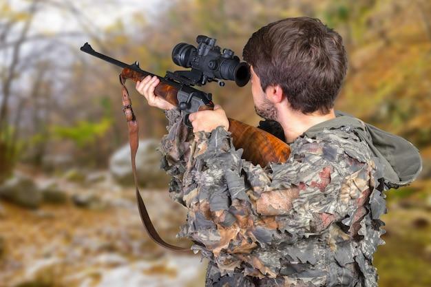 Охотник со своей винтовкой Premium Фотографии
