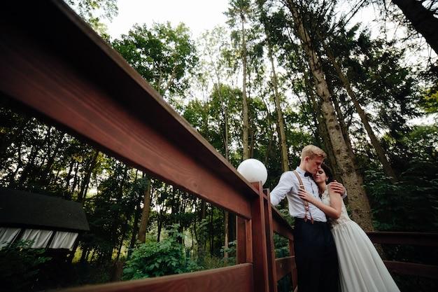 夫と妻は、橋の上ambrecing 無料写真