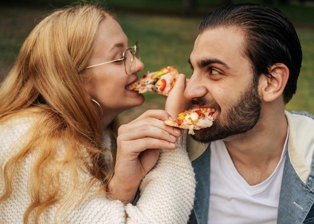 ピザを食べる夫と妻 無料写真