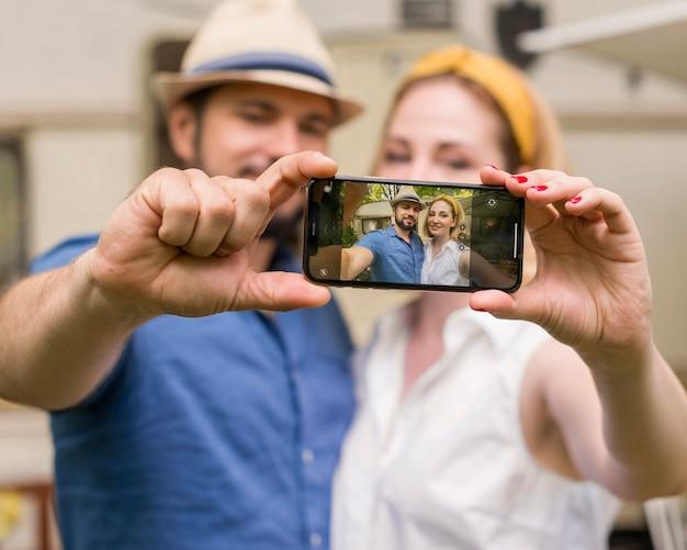 夫と妻が一緒に旅行で自分撮りをする 無料写真