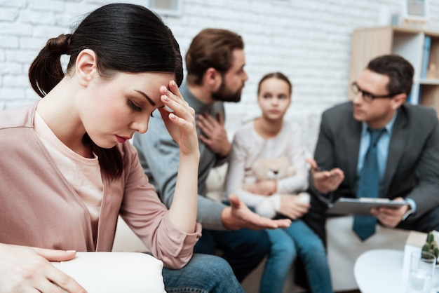 Husband complain at wife in psychologist office Premium Photo