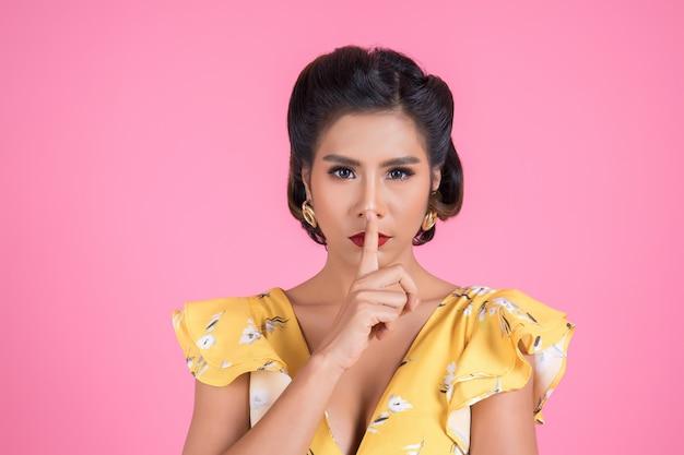 Губы и палец азиатской женщины красоты красные показывая знак безмолвия hush Бесплатные Фотографии