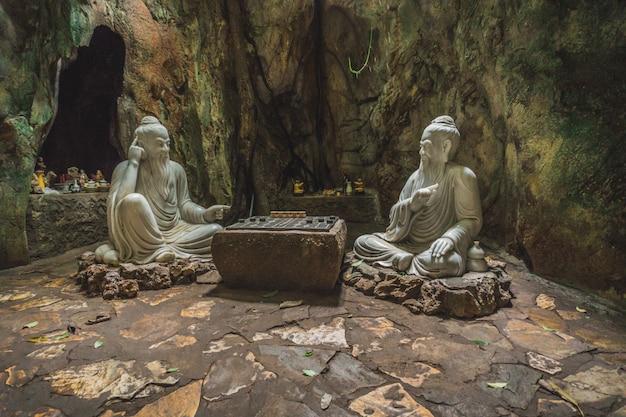 Пещера хуен кхонг со святынями, мраморные горы, вьетнам Premium Фотографии