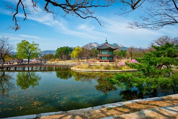 Hyangwonjeong pavilion, gyeongbokgung palace, seoul, south korea Premium Photo