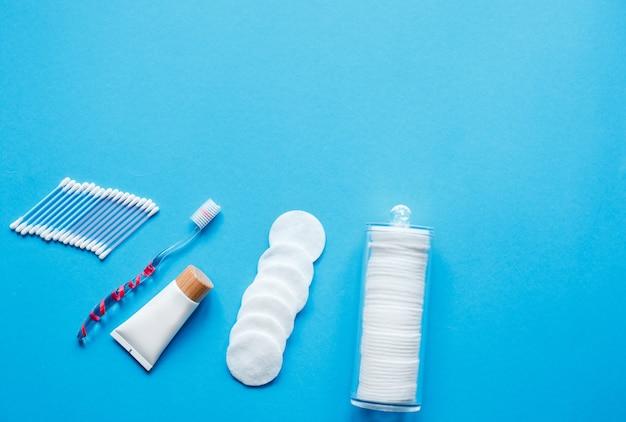 Предметы гигиены и распорядок дня. зубная щетка с бактериальным защитным покрытием, ватные палочки и духи Premium Фотографии