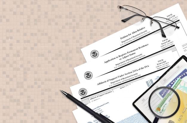 I-130 петиция для иностранного родственника, i-485 заявление о регистрации постоянного места жительства и i-864 заявление о поддержке Premium Фотографии