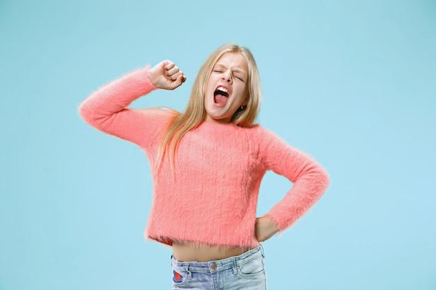 私はすべてにうんざりしています。退屈な女性。退屈で退屈で退屈なコンセプト。若いかなり白人の感情的な女の子 無料写真