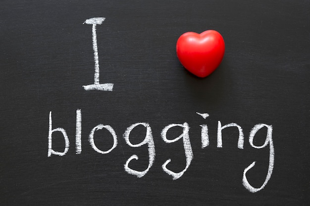 学校の黒板に手書きのブログが大好き Premium写真