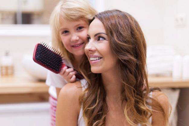 Adoro pettinare i capelli di mia mamma Foto Gratuite