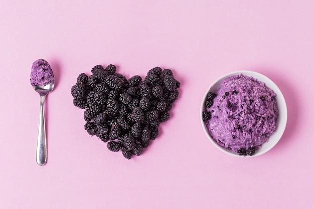 Я люблю мороженое с ежевикой сверху Бесплатные Фотографии
