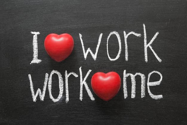 私は仕事が大好きです、仕事は私を愛しています黒板に手書きのフレーズ Premium写真