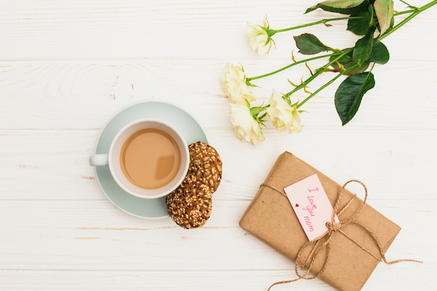 I love you mom inscription with gift and coffee Free Photo
