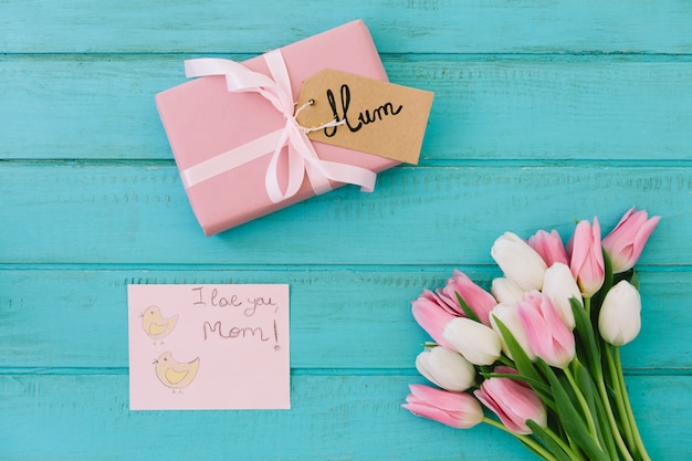 I love you mom inscription with tulips and gift Free Photo