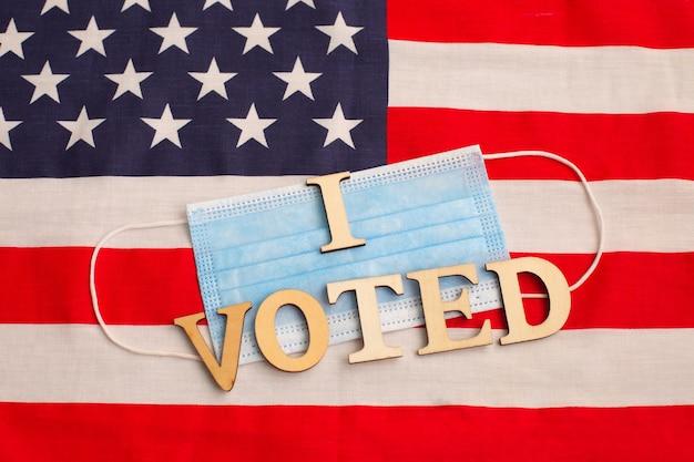 アメリカ国旗のサージカルマスクに投票しました。 2020年の米国大統領選挙 Premium写真