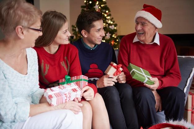 今年は祖父が私に何をしてくれるのだろうか 無料写真