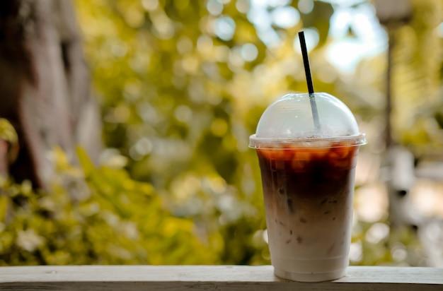 プラスチックカップのアイスコーヒーカフェラテ Premium写真