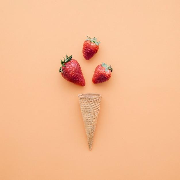 Ice cream background with strawberries Free Photo