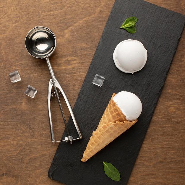 Gelato sul cono con la paletta del gelato Foto Gratuite