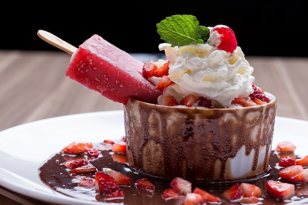 Мороженое в миске десерта с шоколадом, сливками и клубникой Бесплатные Фотографии