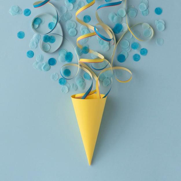 Cono di carta gelato e coriandoli Foto Gratuite