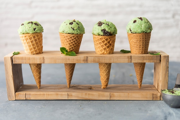 Ice cream with mint and chocolate chip Premium Photo