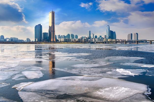 한강의 얼음과 겨울의 풍경, 한국의 서울. 무료 사진
