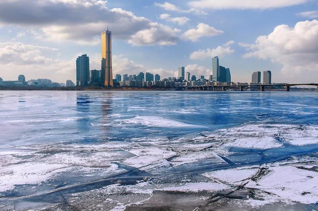 Лед реки хан и городской пейзаж зимой, закат в сеуле, южная корея. Бесплатные Фотографии