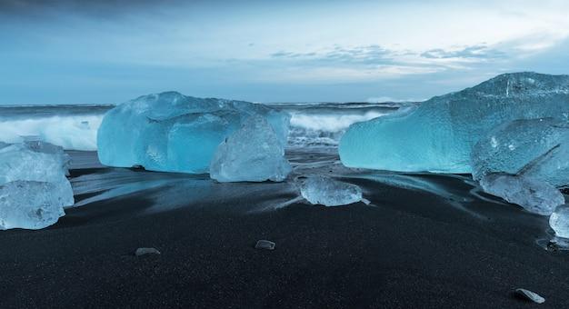 Icebergs at diamond beach in iceland Premium Photo