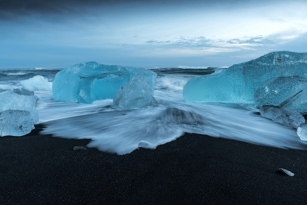 Icebergs at diamond beach in iceland Premium Photo