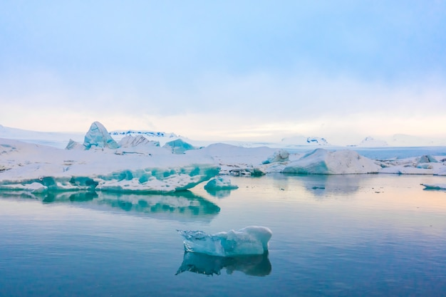 Icebergs in glacier lagoon, iceland . Free Photo
