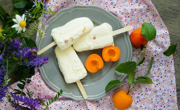 Icecream pops with lemon and fresh apricots Premium Photo