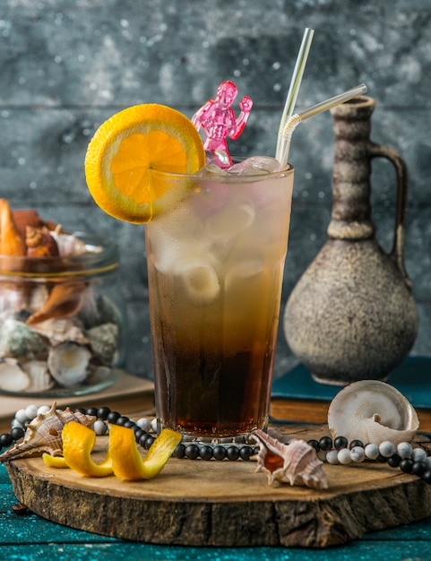 Iced cocktail garnished with orange slice Free Photo