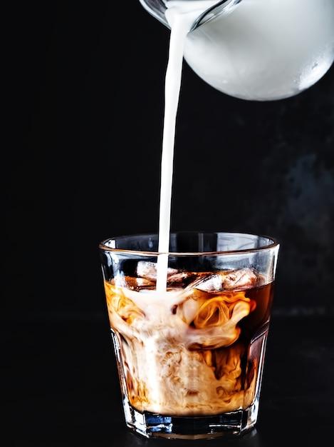 Холодный кофе в стакане со льдом и сахарным сиропом Бесплатные Фотографии
