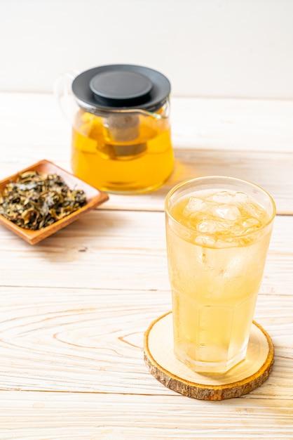 Холодный чай с жасмином на дереве Premium Фотографии