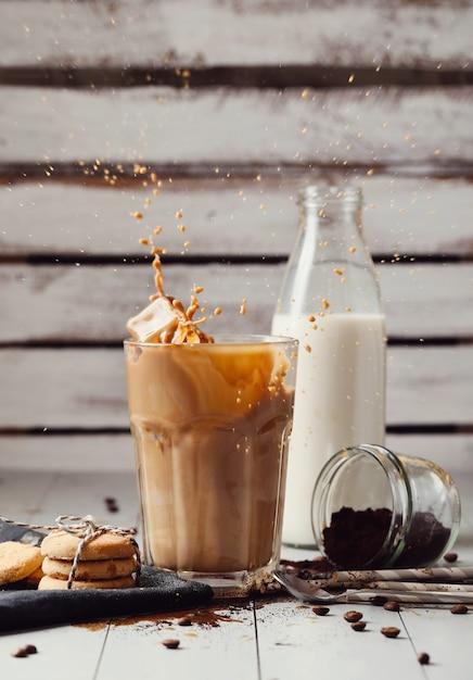 Замороженный кофе латте. концепция утреннего завтрака Бесплатные Фотографии