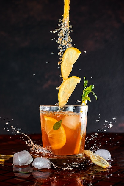 Iced lemon tea in motion . Premium Photo