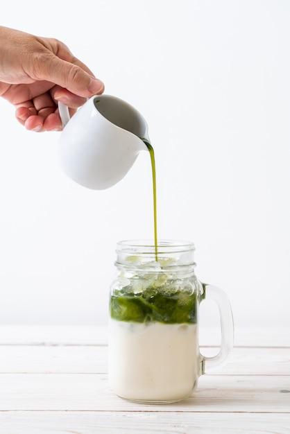 Iced matcha green tea latte Premium Photo