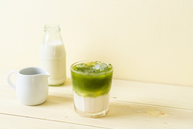 Iced matcha green tea latte Premium Photo
