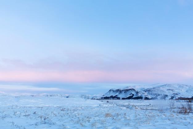 Невероятный горный пейзаж исландии зимой. горы в снегу. большие пространства. красота зимней природы. Premium Фотографии