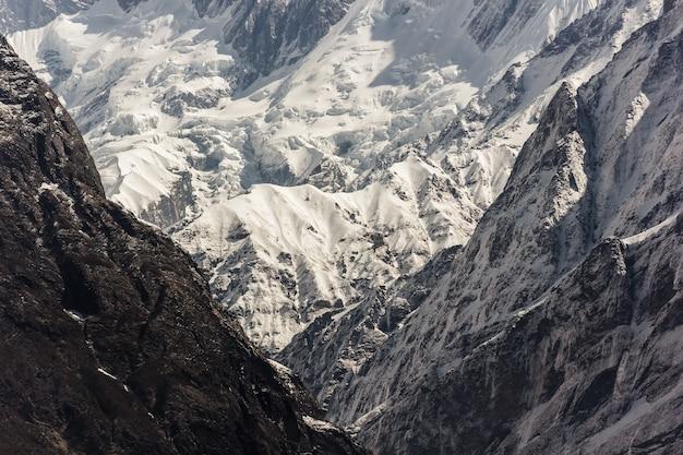 Ледяные горы аннапурны, покрытые снегом в гималаях непала Бесплатные Фотографии
