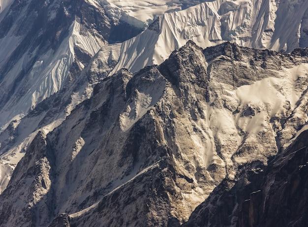 ネパールヒマラヤの雪に覆われた氷のようなアンナプルナ山 無料写真