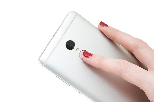 白い背景で隔離された女性の手で現代のスマートフォン。タッチid。 Premium写真