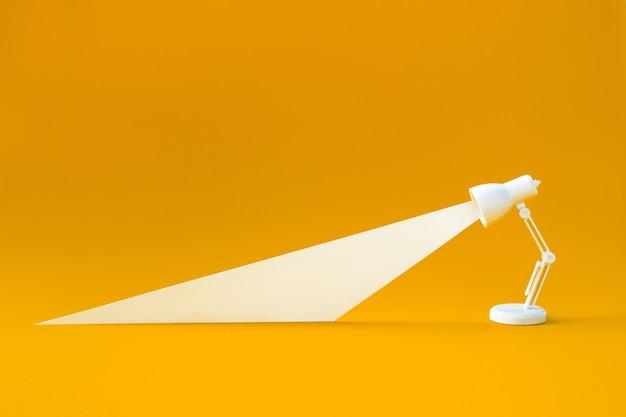 Идея и творческие концепции с осветительной лампой на фоне пастельных тонов. Premium Фотографии