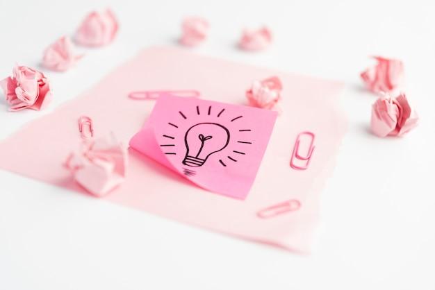 クリップ付きの粘着メモのアイデアアイコン。しわくちゃの紙と白い紙の上のカード紙 無料写真