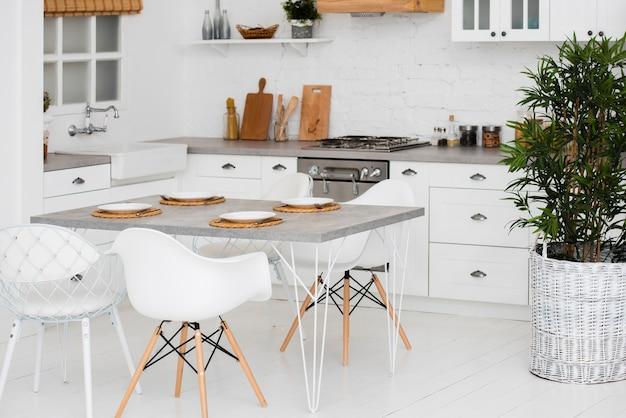 Идиллическая и организованная кухня Premium Фотографии